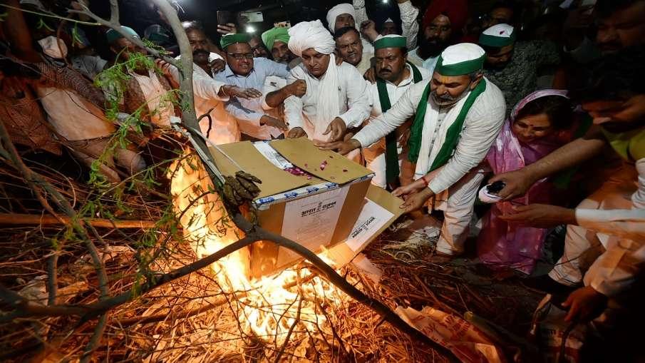 किसानों ने केन्द्र के कृषि कानूनों की प्रतियां जलाकर 'होलिका दहन' मनाया- India TV Hindi