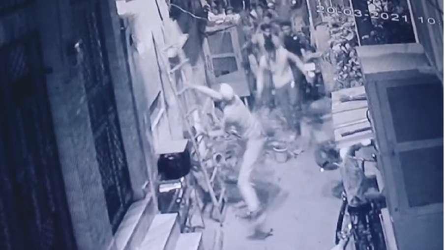 mob creates ruckus in harijan basti delhi after harijan basti boy marries muslim girl watch video हर- India TV Hindi