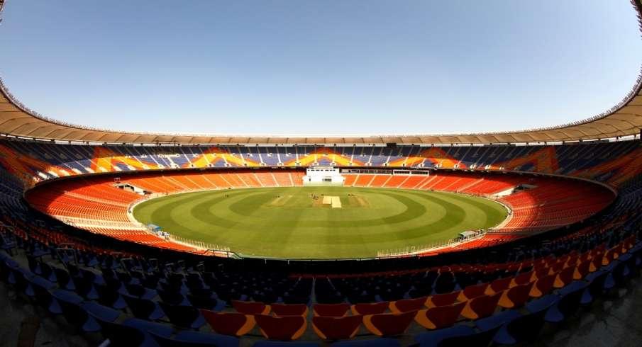 भारत और इंग्लैंड के बीच नरेंद्र मोदी स्टेडियम में पांच मैचों की टी20 सीरीज खेली जा रही है जिसमें पह- India TV Hindi
