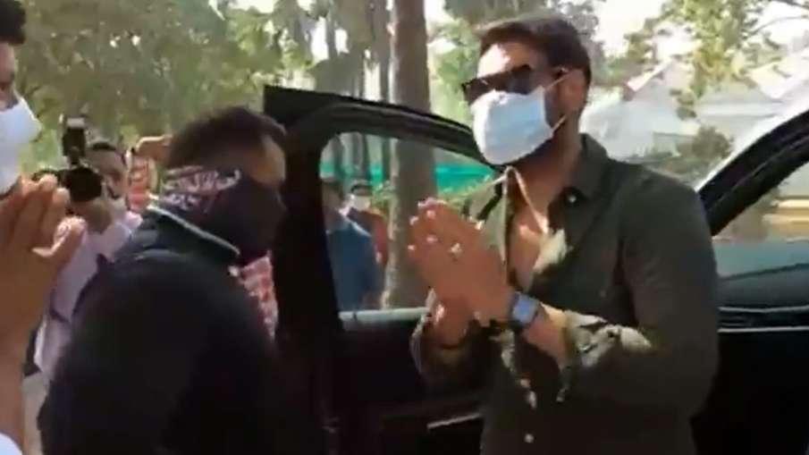 किसान समर्थक ने रोकी अभिनेता अजय देवगन की कार, परेशानी में डाला- India TV Hindi