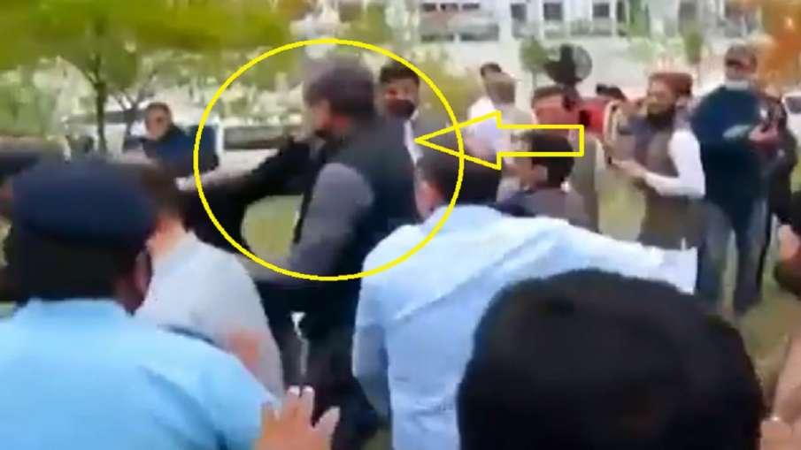Imran Khan supporter attacks former Pakistan former Shahid Khaqan Abbasi इमरान खान समर्थकों ने पाकिस- India TV Hindi
