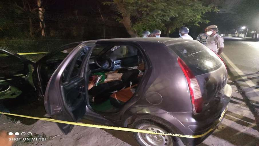 लखनऊ: खड़ी कार में दो डेडबॉडी मिलने से हड़कंप, पुलिस मामले की जांच में जुटी - India TV Hindi