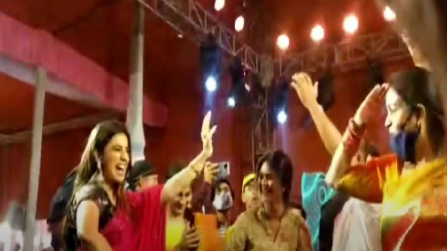 Bhojpuri Actress Akshara Singh dances in party of ex mla during coronavirus curfew in bihar Corona: - India TV Hindi