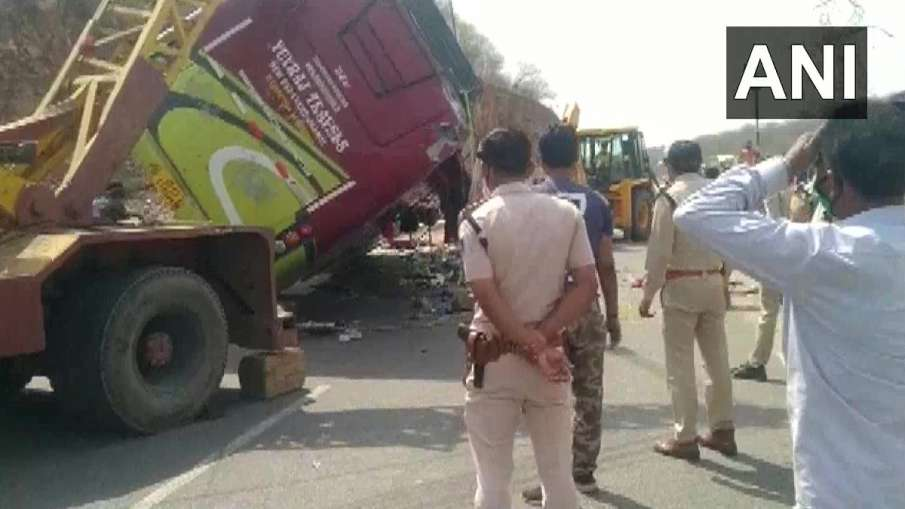 gwalior bus accident Delhi to Tikamgarh migrant labourers died दर्दनाक हादसा: प्रवासी मजदूरों को लेक- India TV Hindi