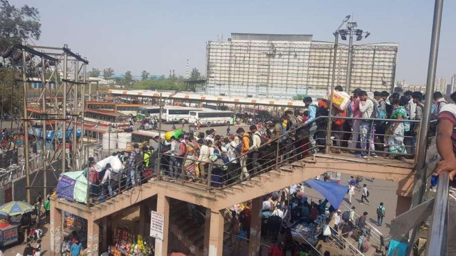 दिल्ली में लॉकडाउन से घबराए प्रवासी मजदूर, बसों के बाहर लटककर घर जा रहे हैं- India TV Hindi