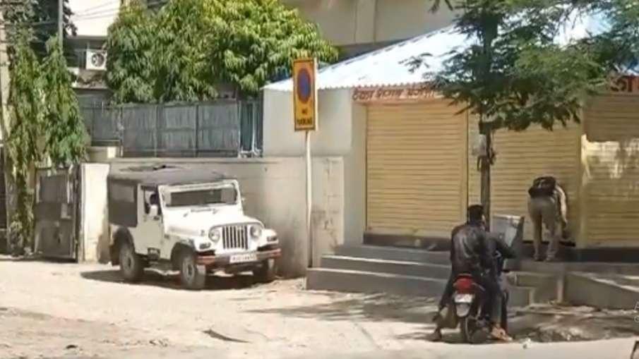 जन अनुशासन पखवाड़े की धज्जियां उड़ाते शराब व्यवसायी, ठेका बंद है मगर शटर खुला है- India TV Hindi
