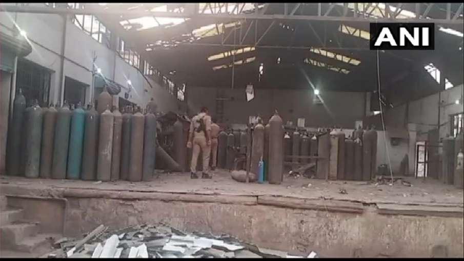 कानपुर: पनकी ऑक्सीजन प्लांट में रिफिलिंग के दौरान सिलेंडर फटने से एक शख्स की मौत, दो घायल- India TV Hindi