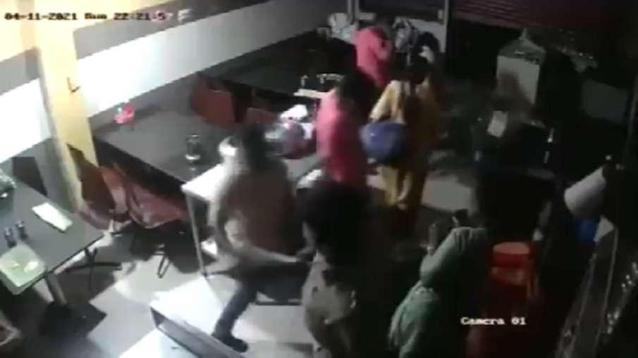 Video: होटल में खाना खा रहे थे लोग, पुलिस वाला पहुंचा और शुरू कर दी पिटाई, शिकायत दर्ज- India TV Hindi