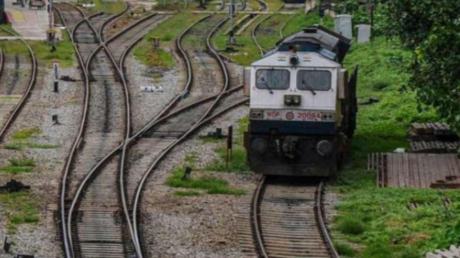 Train Accident in Shahjahanpur uttar pradesh रेलवे क्रॉसिंग पर ट्रेन ने मारी कई वाहनों को टक्कर, पां- India TV Hindi