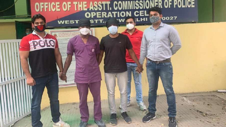 मरीज के मरने पर उसके हिस्से के रेमडेसिविर इंजेक्शन को ब्लैक में बेचते थे, दिल्ली पुलिस ने किया गिरफ्- India TV Hindi