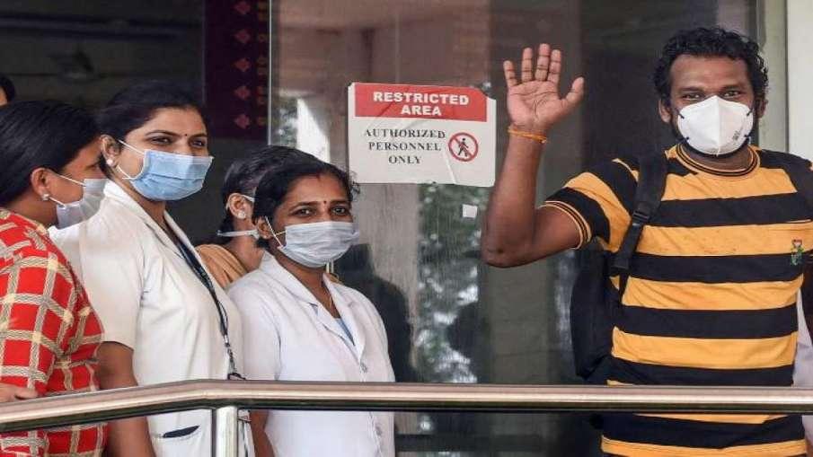 राहत: दिल्ली में लगातार घट रही कोरोना संक्रमण की दर, 24 घंटे में आए 946 नए मामले- India TV Hindi