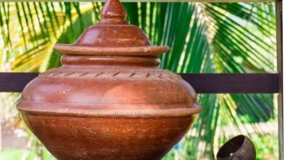 Vastu Tips: घर की इस दिशा में रखें पानी से भरा मिट्टी का घड़ा, हमेशा रहेगा वरुण देव का आर्शीवाद- India TV Hindi