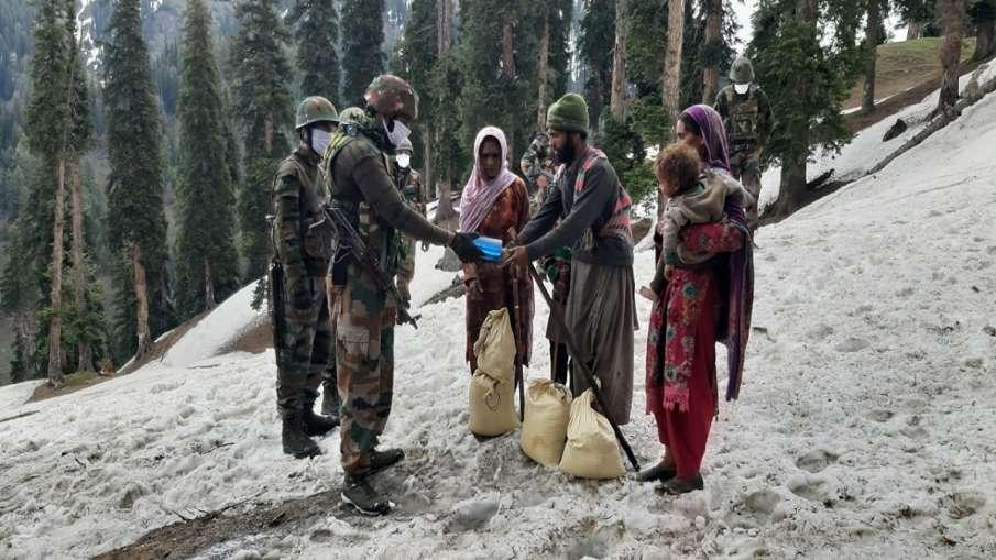 Kashmir Kishtawar Indian Army helps nomads J&K: किश्तवाड़ में सेना के जवानों ने 24 घंटे की चढ़ाई कर - India TV Hindi