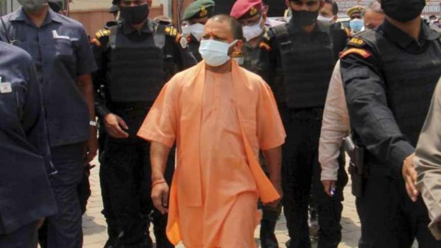 ...और जब सीधे कोरोना मरीज के घर जा पहुंचे CM योगी, पूछा- दवा मिली क्या?- India TV Hindi