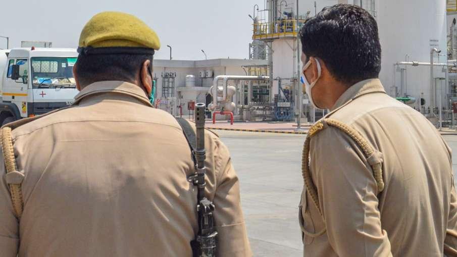 नोएडा में 182 पुलिसकर्मियों को हुआ कोरोना, वैक्सीन की दूसरी डोज के लिए भटक रहे लोग- India TV Hindi