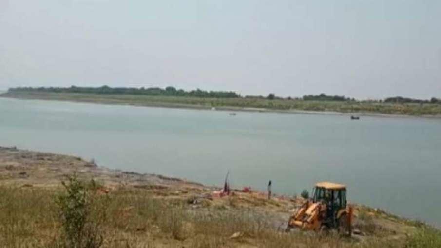 गंगा और यमुना नदी में बहती दिखाई दी लाशें, प्रशासन करवा रहा है अंतिम संस्कार- India TV Hindi