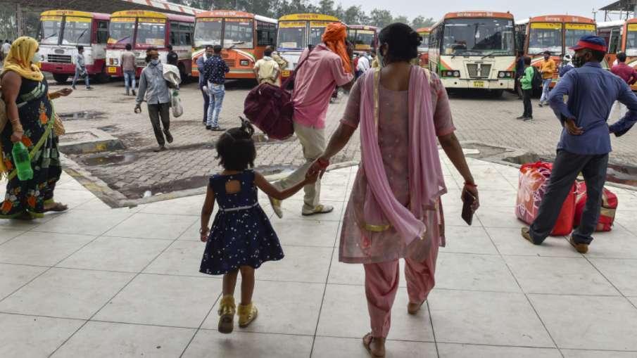 लॉकडाउन के पहले 4 हफ्तों में 8 लाख से ज्यादा प्रवासियों ने छोड़ी दिल्ली, सरकारी रिपोर्ट से खुलासा- India TV Hindi
