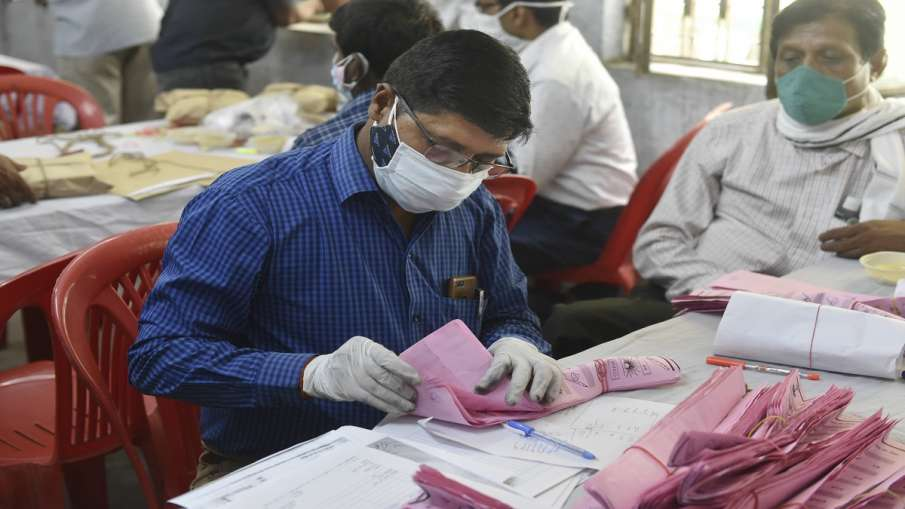 Polling officer counting Panchayat Election Ballots at...- India TV Hindi