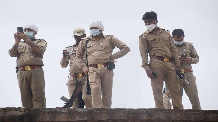 Mosque masjid ruckus imam beaten loudspeaker stolen Uttar Pradesh Mathura Vrindavan उत्तर प्रदेश: मस- India TV Hindi