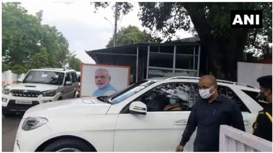 CM Yogi Adityanath visits keshav Prasad Mauraya house in lucknow केशव प्रसाद मौर्य के घर पहुंचे सीएम- India TV Hindi