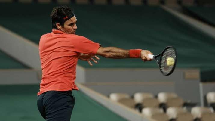 Roger Federer reached the fourth round of the French Open after a tough struggle- India TV Hindi