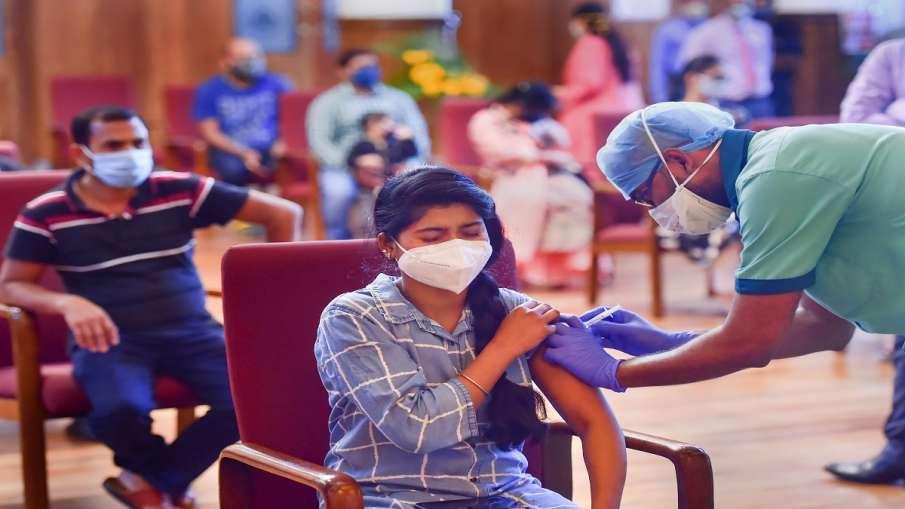 Congress attacks modi govt for covid vaccination केंद्र की ढुलमुल नीति से टीकाकरण अधर में, मुफ्त में- India TV Hindi