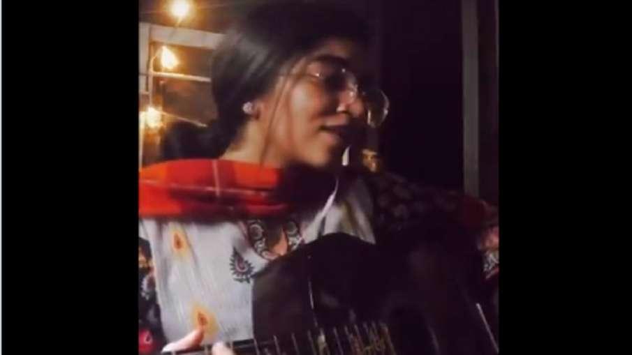 pakistani girl sing song- India TV Hindi