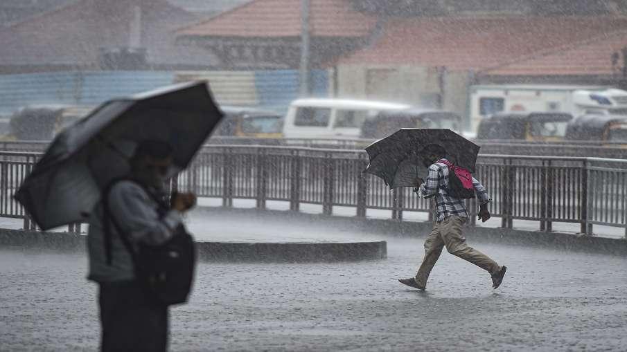 मुंबई में रुक-रुककर हो रही है बारिश, रेल सेवाएं सामान्य - India TV Hindi