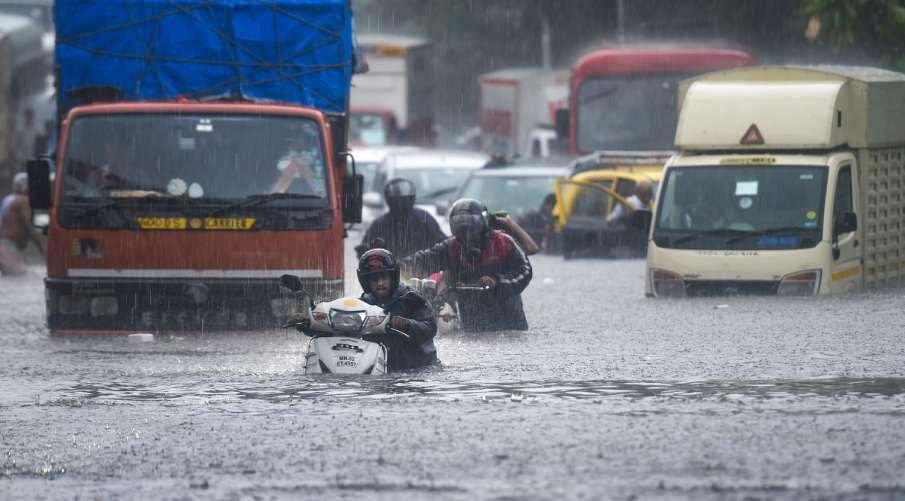 400 vehicles submerged in flooded parking lot in Mumbai- India TV Hindi
