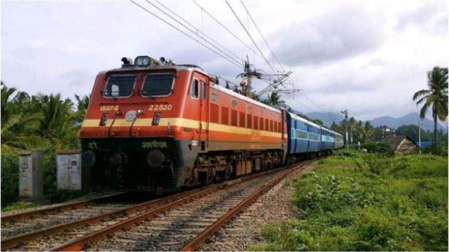 महाराष्ट्र के कसारा घाट में भारी बारिश से रेल पटरियों पर गिरी चट्टानें, ट्रेन सेवाएं बाधित (प्रतिकात- India TV Hindi