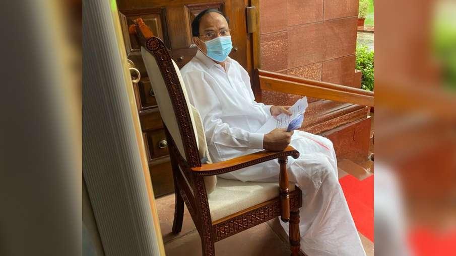 Vice President Venkaiah Naidu seen enjoying rain in Parliament जब बारिश का आनंद लेते दिखे उपराष्ट्रप- India TV Hindi