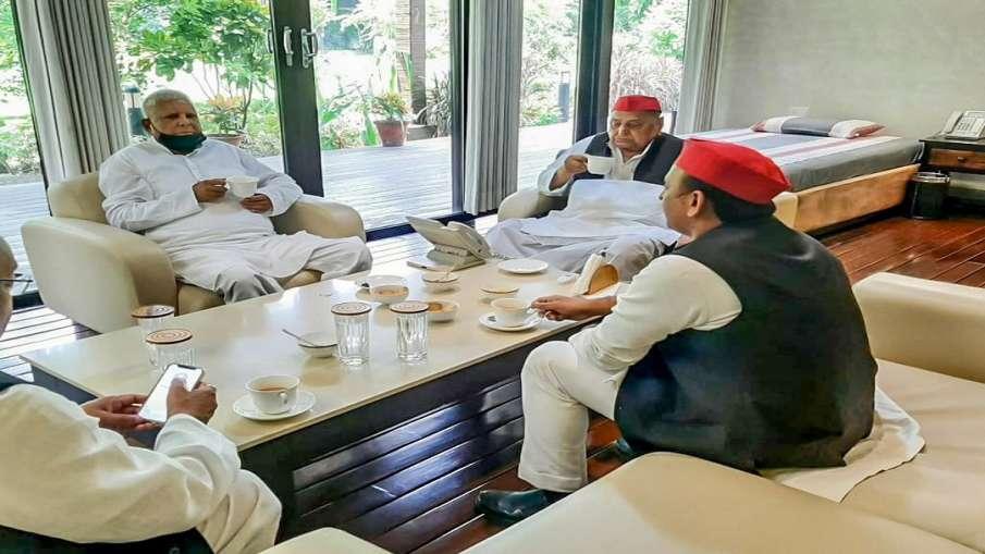 Lalu Prasad Yadav meets Mulayam Singh Yadav Akhilesh tweets मुलायम सिंह यादव से मिले लालू प्रसाद, चा- India TV Hindi