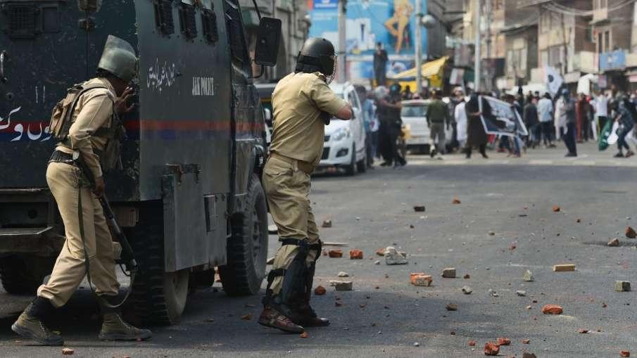 कश्मीर: पत्थरबाजों पर एक्शन, अब न मिलेगा पासपोर्ट और न मिलेगी सरकारी नौकरी- India TV Hindi