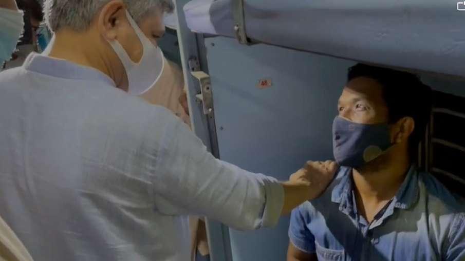 ट्रेन में यात्रियों से मिले रेल मंत्री अश्विनी वैष्णव, स्वच्छता के बारे में लिया फीडबैक- India TV Hindi