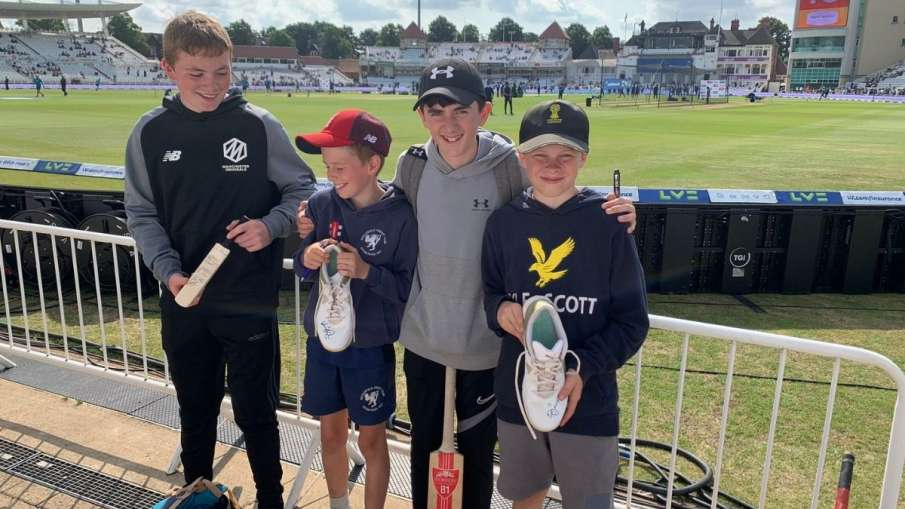 IND vs ENG: Virat Kohli gifts his spikes to young fans...- India TV Hindi