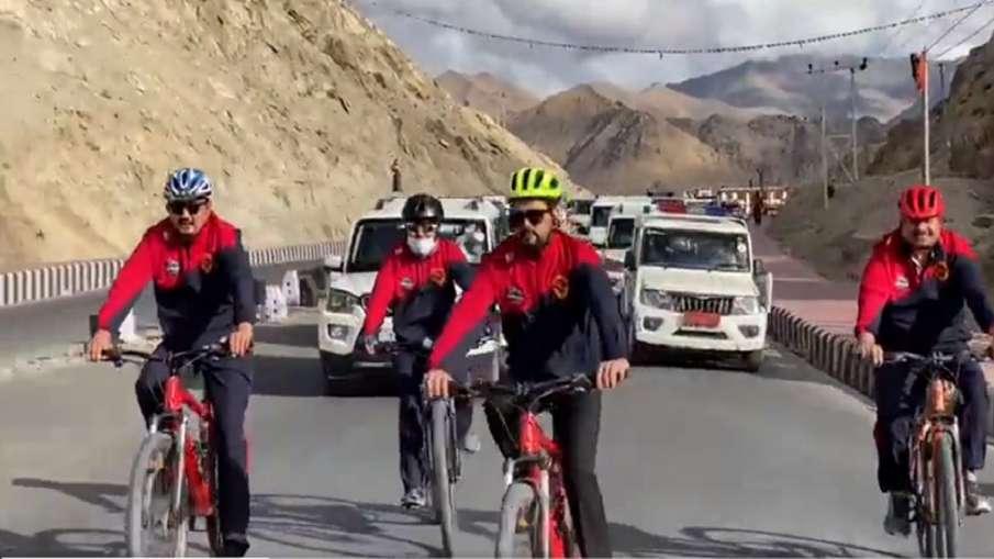 लद्दाख: केंद्रीय मंत्री अनुराग ठाकुर और सांसद नामग्याल ने की साइकिलिंग, रैली के जरिये दिया फिटनेस का- India TV Hindi