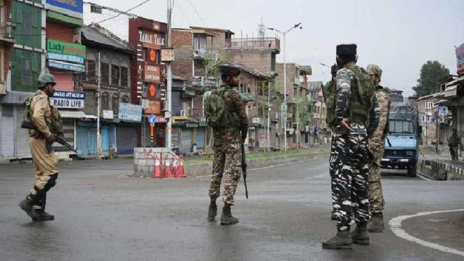 श्रीनगर में आतंकवादी ने पुलिसकर्मी की गोली मारकर हत्या की, घटना कैमरे में कैद - India TV Hindi