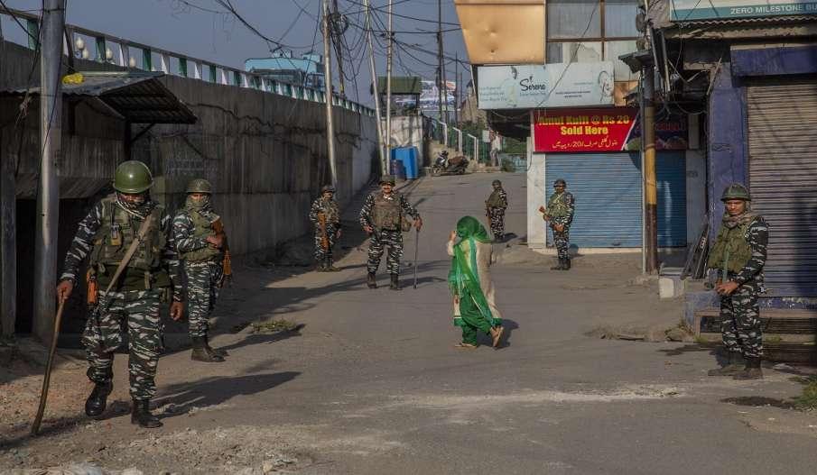 कश्मीर में लोगों के एकत्रित होने पर पाबंदी जारी, मोबाइल इंटरनेट सेवा फिर बंद- India TV Hindi