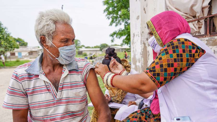 लखनऊ ने वैक्सीनेशन में बनाया रिकॉर्ड, एक दिन में एक लाख से ज्यादा लोगों को लगाया टीका- India TV Hindi