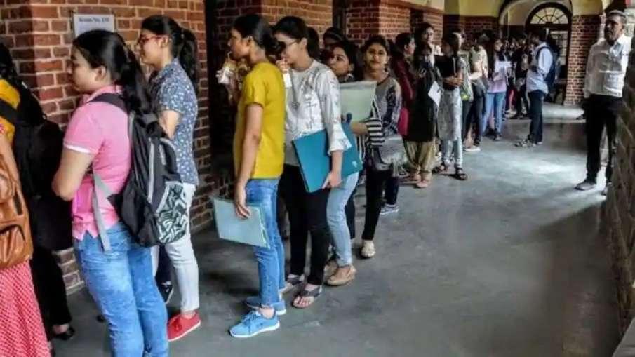 दिल्ली विश्वविद्यालय के कुछ कॉलेजों ने दूसरी कट-ऑफ सूची जारी की, अंक 0.25 से 1.5 प्रतिशत घटे - India TV Hindi