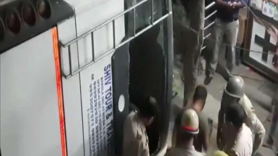 गाजियाबाद में फ्लाईओवर से नीचे गिरी बस, कई लोगों के दबे होने की आशंका- India TV Hindi