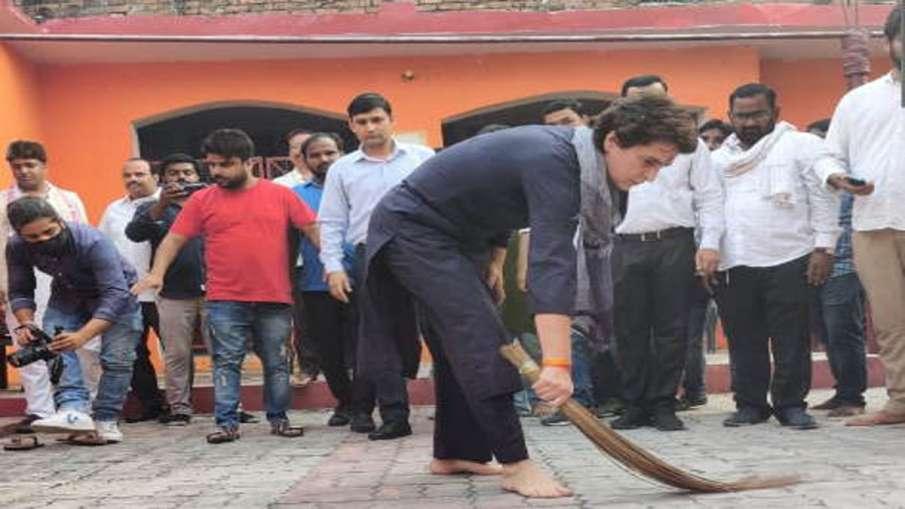 Priyanka Gandhi again picks up broom, this time in Dalit dwelling- India TV Hindi