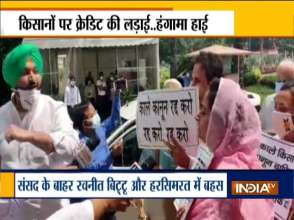 कृषि कानूनों को लेकर हरसिमरत कौर बादल और कांग्रेस नेता रवनीत सिंह बिट्टू के बीच जुबानी जंग